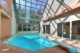Villa d'architecte avec piscine dans le golf