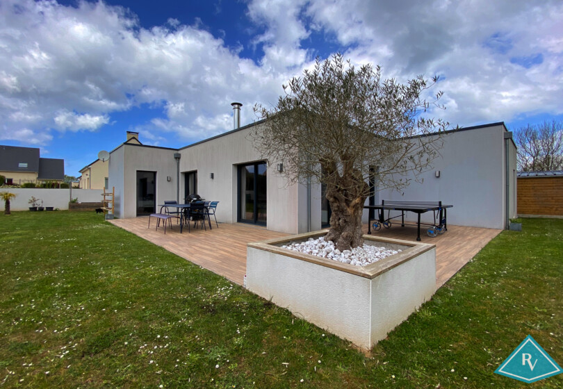 Belle maison cubique avec garage et jardin