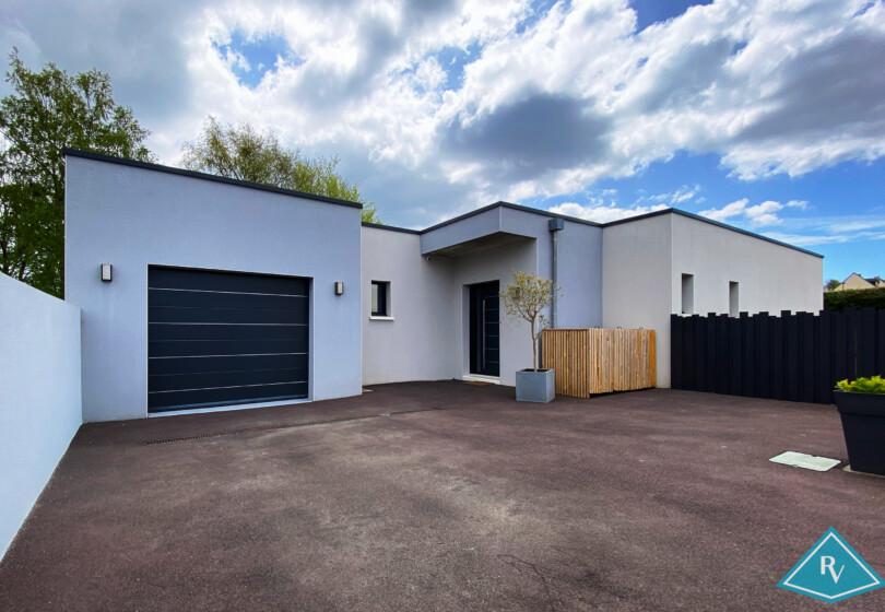Maison cubique meublée avec garage et jardin