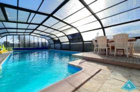 Maison avec piscine et dépendances