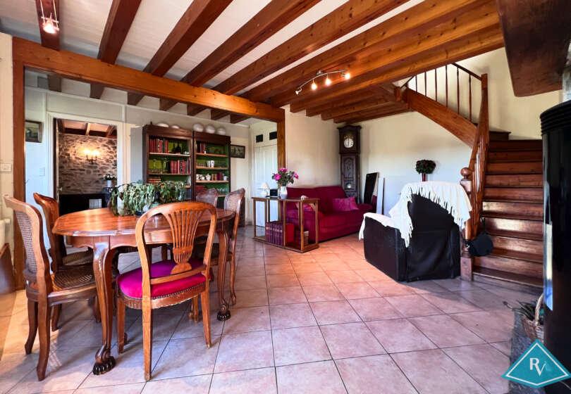 Maison en pierres avec jardin et garage